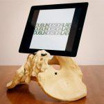 Stand per tablet a forma di bacino umano