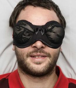 Un reggiseno da indossare come maschera da notte