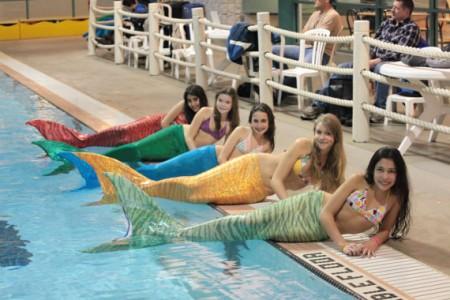 Costume da sirena con cui si può nuotare