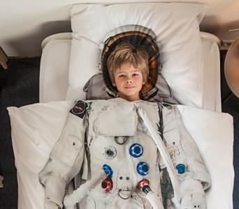 Piumone con tuta da astronauta