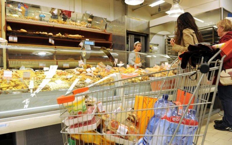 Inflazione rallenta, crollo vendite al dettaglio