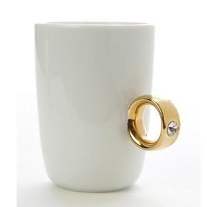 Tazza con finto anello: regalo romantico e simpatico