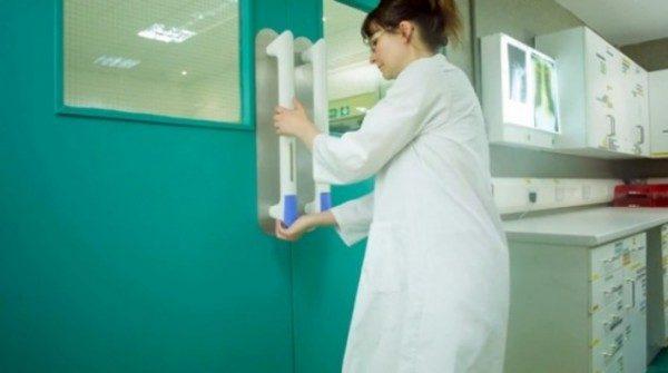 PullClean: maniglia con dispenser sapone mani