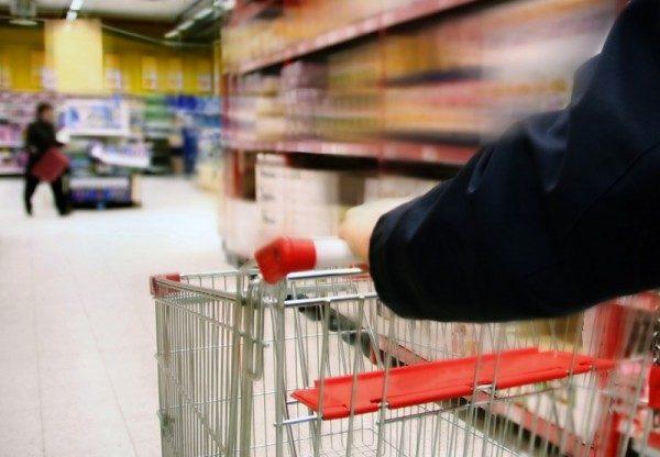 Consumi, oltre metà famiglie risparmia sul cibo